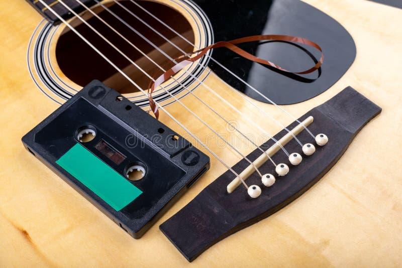 Cassete de banda magn?tica de guitarra ac?stica e Instrumento musical e portador velho da m?sica fotos de stock royalty free