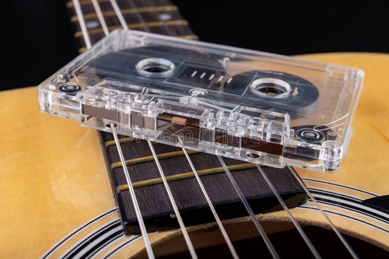 Cassete de banda magn?tica de guitarra ac?stica e Instrumento musical e portador velho da m?sica imagens de stock