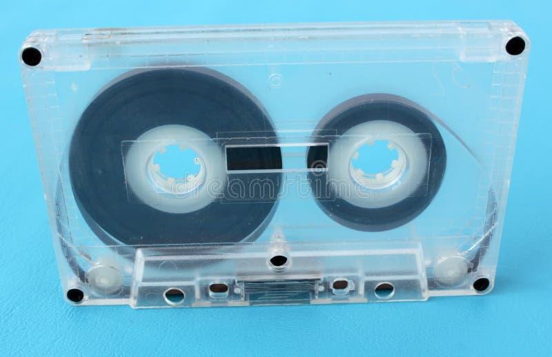 Cassetes áudio velhas em um fundo azul fotos de stock