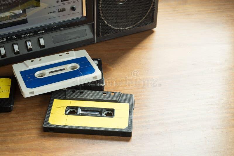 Cassetes de banda magnética do vintage com jogador da rádio-gaveta em Ta de madeira fotografia de stock