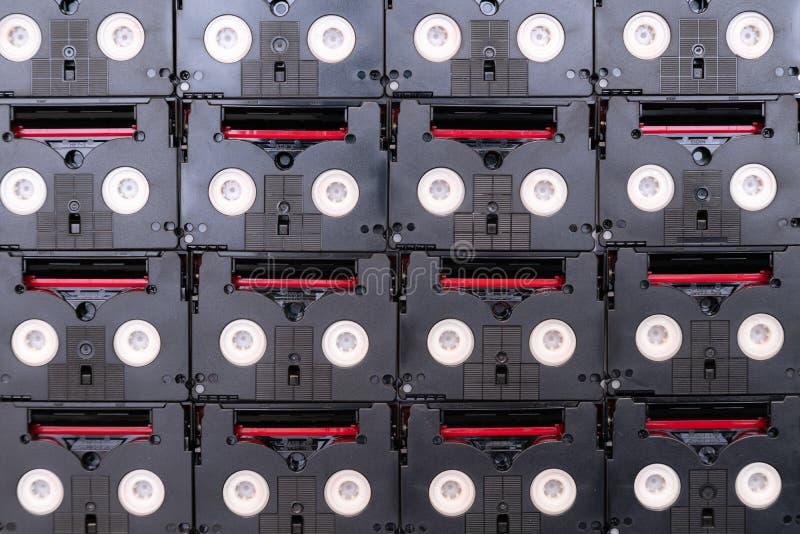 Cassetes de banda magnética do vintage mini DV usadas filmando para trás em um dia Teste padrão feito de video tapes magnéticos,  imagens de stock