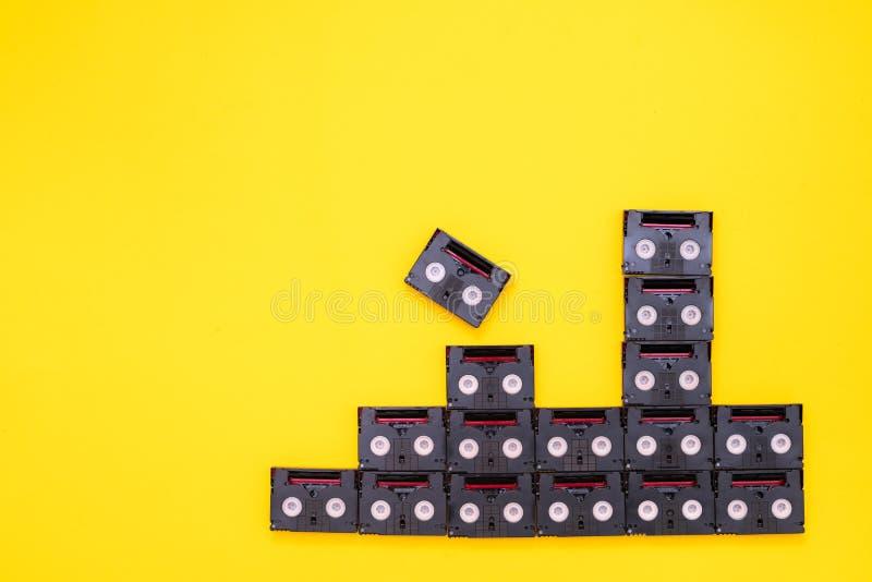 Cassetes de banda magnética do vintage mini DV usadas filmando para trás em um dia Teste padrão feito de video tapes plásticos no imagens de stock royalty free