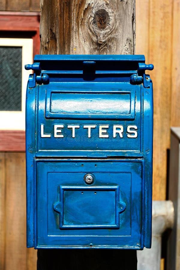 Cassetta della posta blu antica fotografie stock libere da diritti