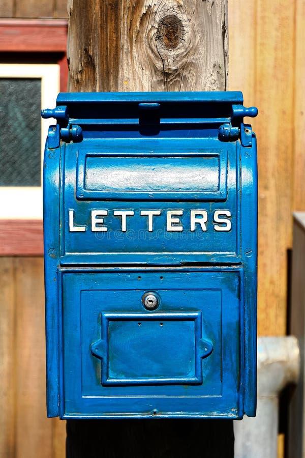 Cassetta della posta blu antica immagini stock