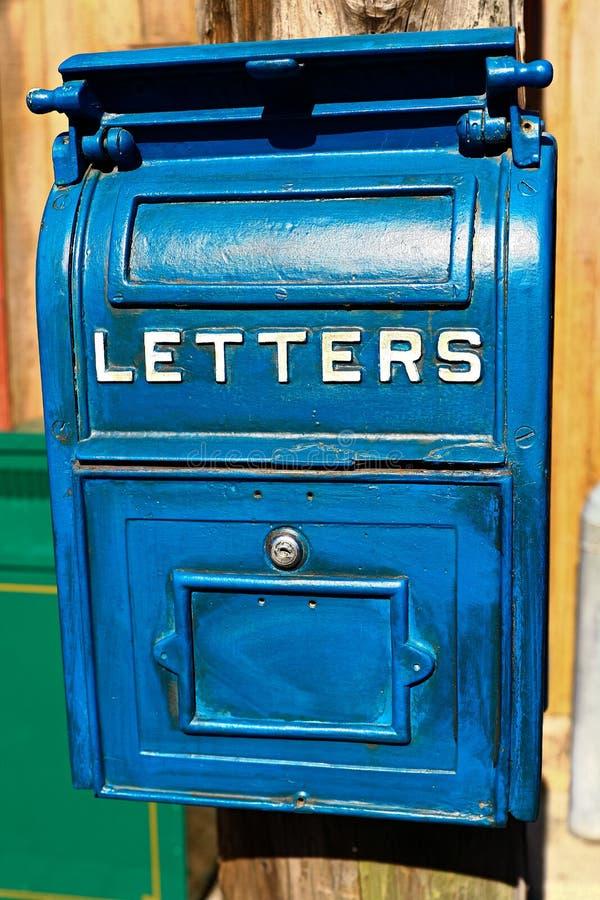 Cassetta della posta blu antica fotografia stock