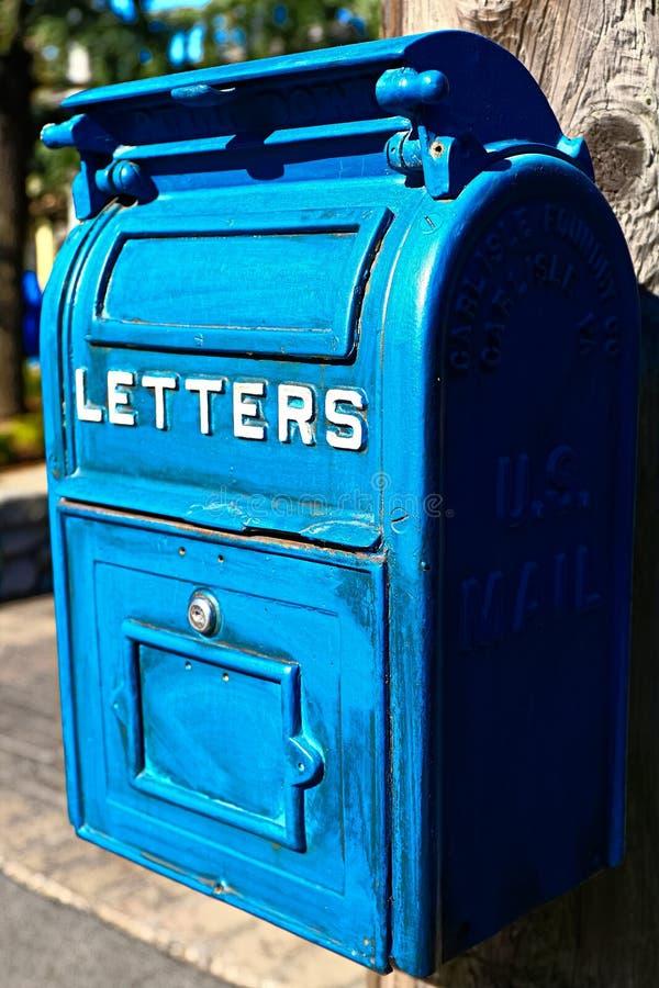 Cassetta della posta blu antica immagini stock libere da diritti