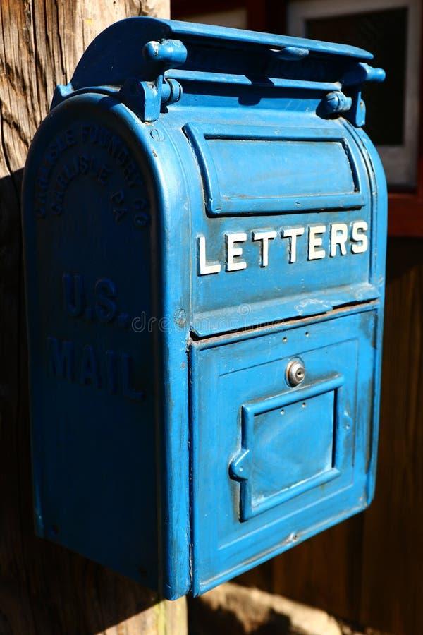 Cassetta della posta blu antica immagine stock