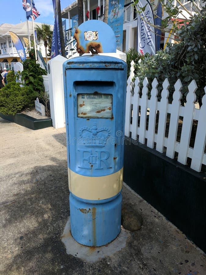 Cassetta delle lettere di Grand Cayman sul marciapiede immagini stock libere da diritti