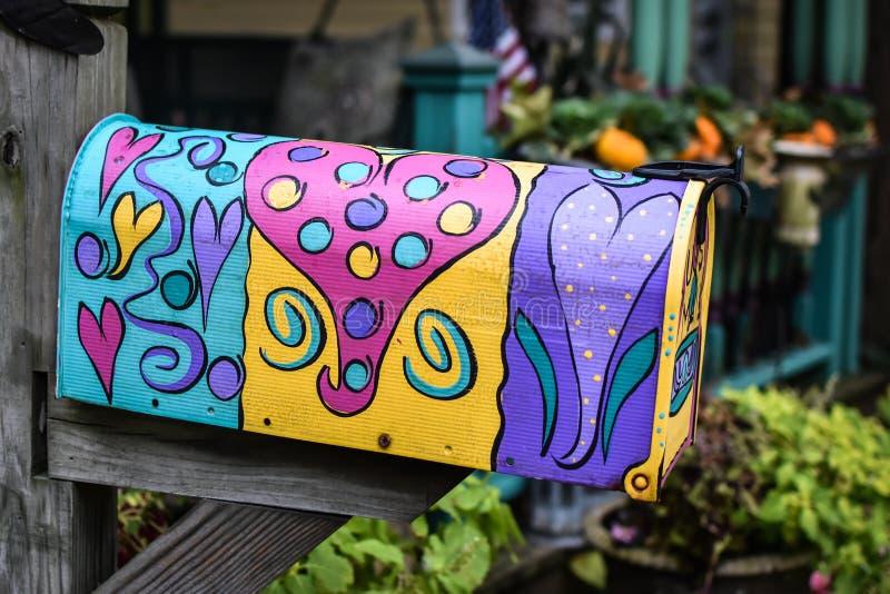 Cassetta delle lettere dipinta con ultra Violet Hearts fotografie stock libere da diritti