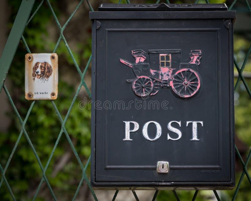 Cassetta delle lettere e segno del metallo con dire del cane immagine stock libera da diritti