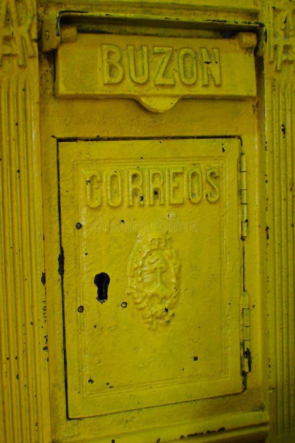 Cassetta delle lettere gialla d'annata fotografie stock