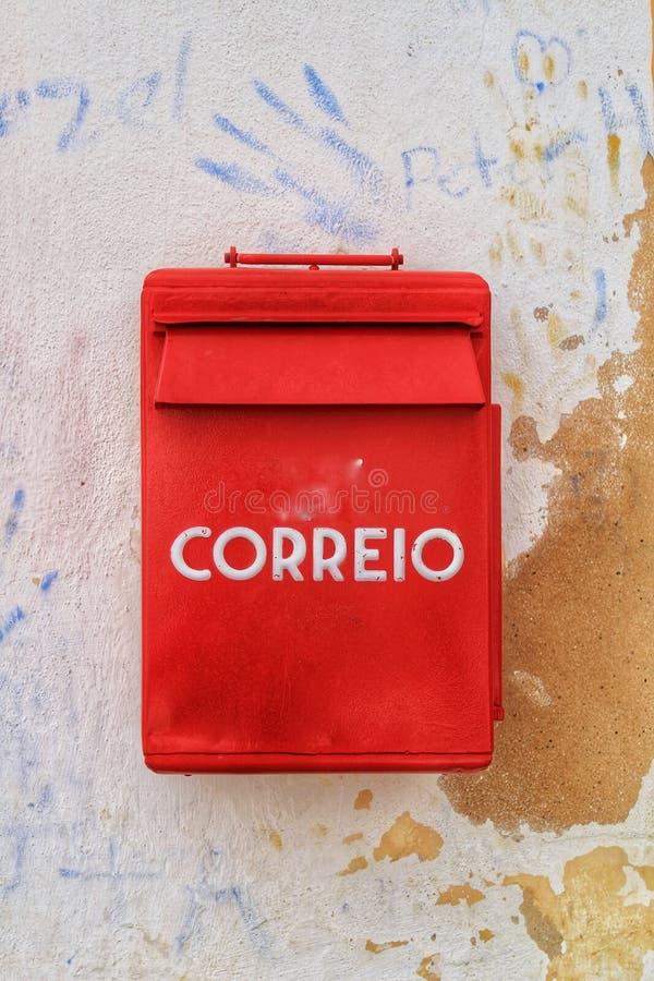 Download Cassetta Delle Lettere Metallica Variopinta Nel Colore Rosso Sulla Parete Con Vecchia Pittura Fotografia Stock - Immagine di lisbona, documento: 117976062