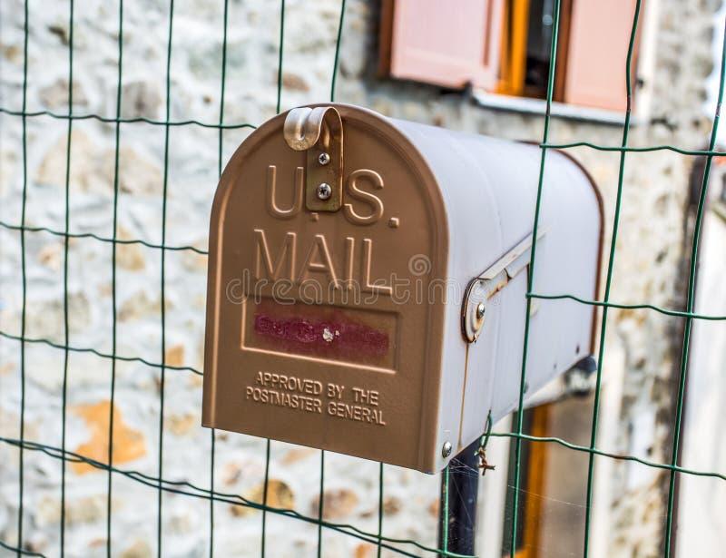 Cassetta delle lettere montata sul portone della casa fotografie stock