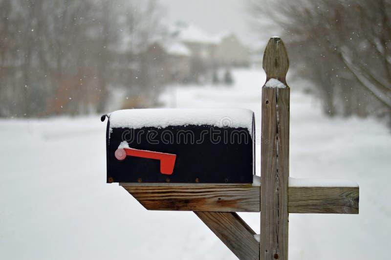 Cassetta delle lettere nella neve fotografie stock libere da diritti