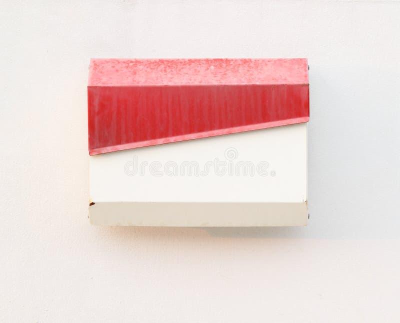 Cassetta delle lettere sulla parete bianca fotografia stock libera da diritti