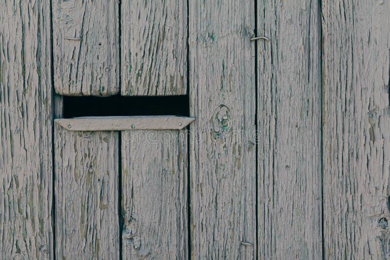 Cassetta delle lettere in un recinto di legno immagini stock
