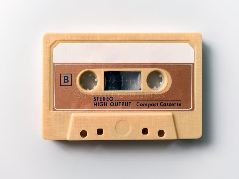 Cassetta di nastro d'annata isolata su fondo bianco fotografie stock
