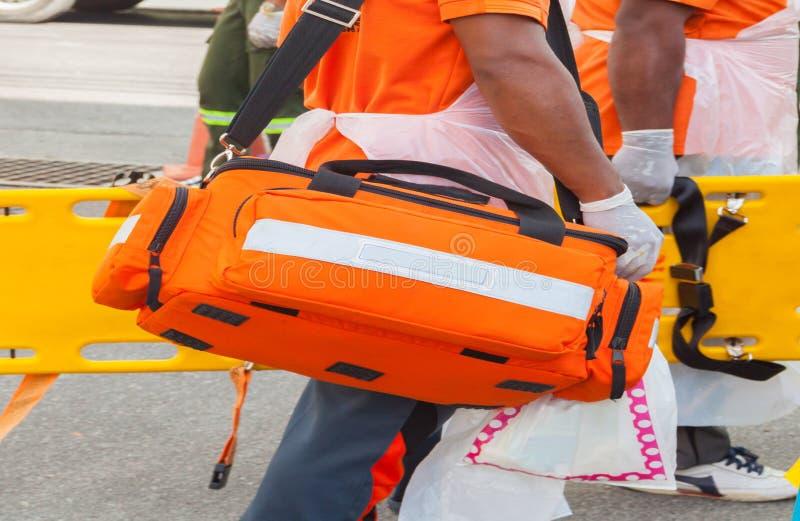 Cassetta di pronto soccorso della borsa della scatola di prontezza del medico e attrezzatura medica gialla dalla barella immagine stock libera da diritti