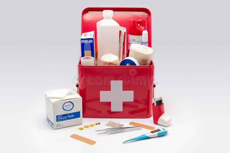 Cassetta di pronto soccorso di rosso con i rifornimenti fotografia stock libera da diritti