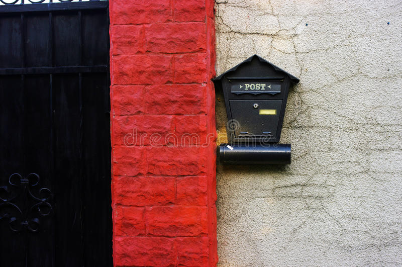 Cassetta postale specifica su una parete immagini stock libere da diritti