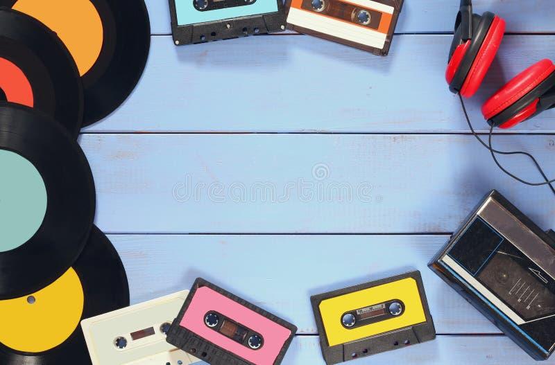Cassette, écouteurs, disques et vieux playe de bande photo stock