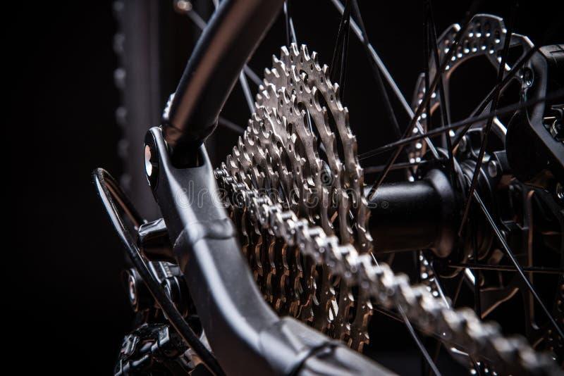 Cassette arrière de vélo de montagne sur la roue photographie stock libre de droits