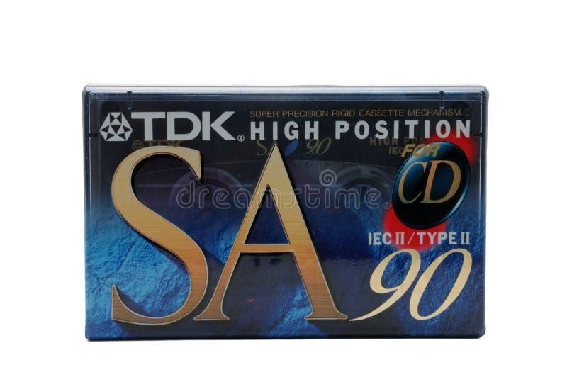 Cassette audio compatte per la registrazione magnetica su un fondo bianco Cassetta compatta TDK fotografia stock libera da diritti