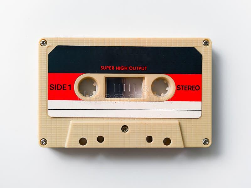 Cassette de bande de cru d'isolement sur le fond blanc images libres de droits
