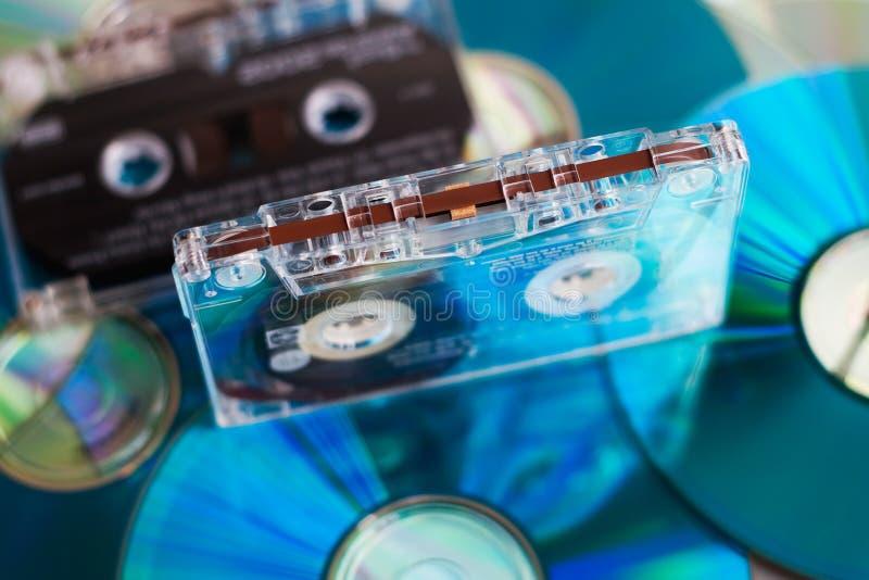 Cassette de cinta con los discos CD imágenes de archivo libres de regalías