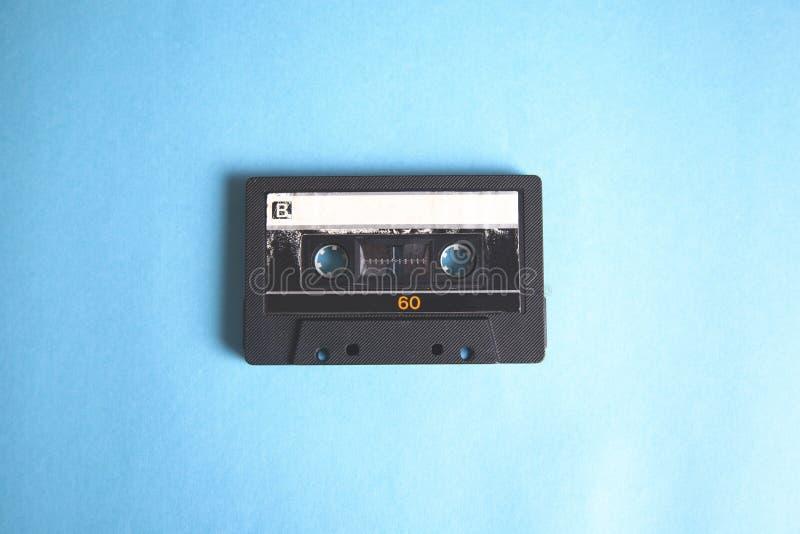 Cassette de cru de musique sur le fond bleu de table image stock