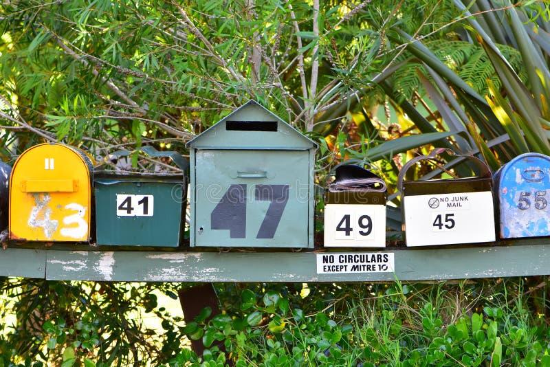 Cassette delle lettere variopinte sul supporto di legno fotografia stock libera da diritti