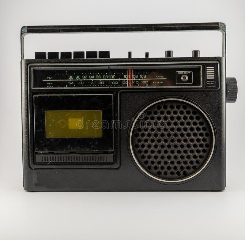 Cassette du cru AM/FM sur un blanc images stock