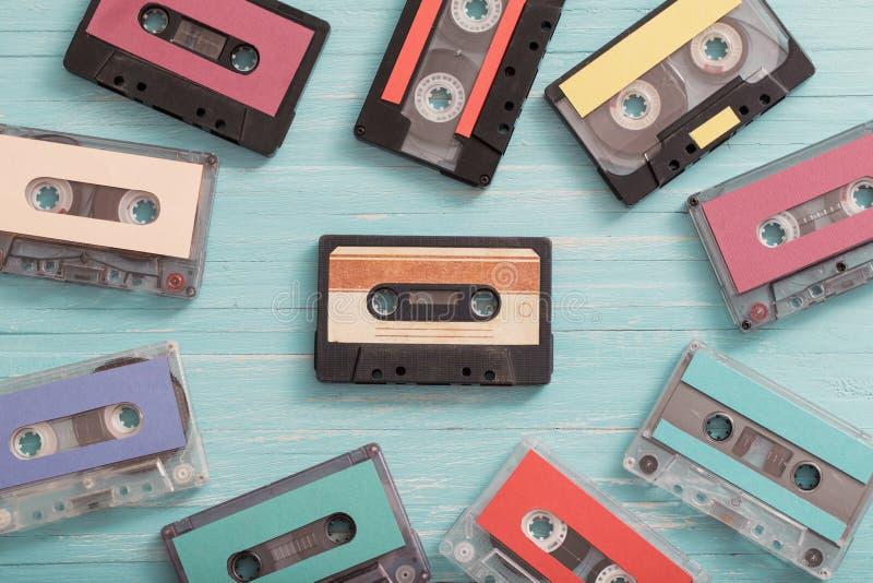 cassette en plastique sur le fond en bois R?tro concept de musique photographie stock