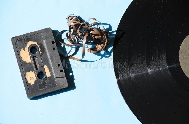 Cassette et disque vinyle sur un fond coloré photos stock