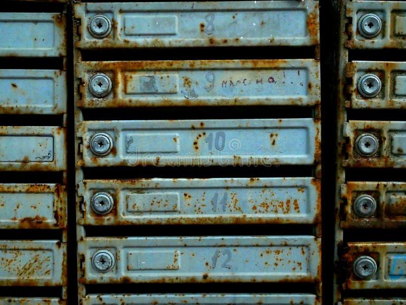Cassette postali antiche in un palazzo di appartamenti ruggine e trama fotografia stock libera da diritti