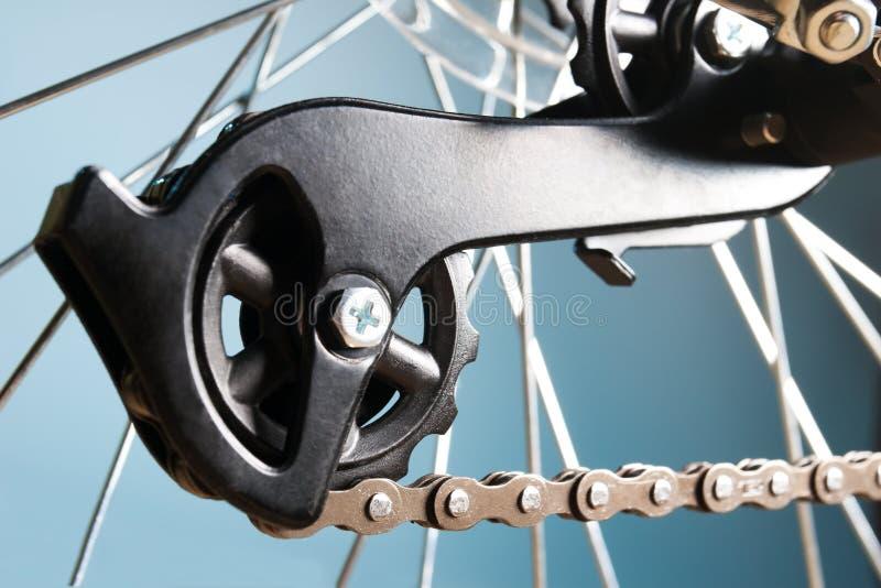 Cassette trasero de la bici en la rueda con el encadenamiento imágenes de archivo libres de regalías