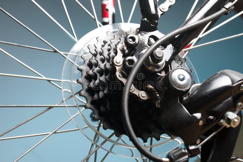 Cassette trasero de la bici en la rueda con el encadenamiento fotos de archivo libres de regalías