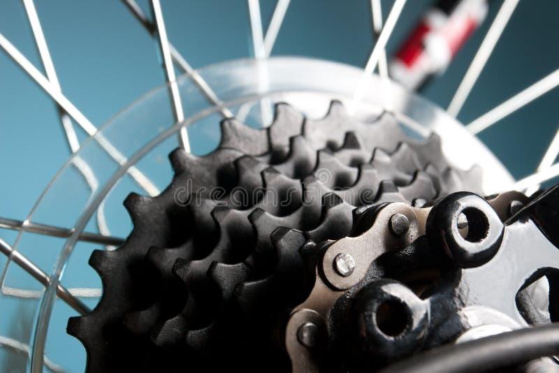 Cassette trasero de la bici en la rueda con el encadenamiento fotografía de archivo