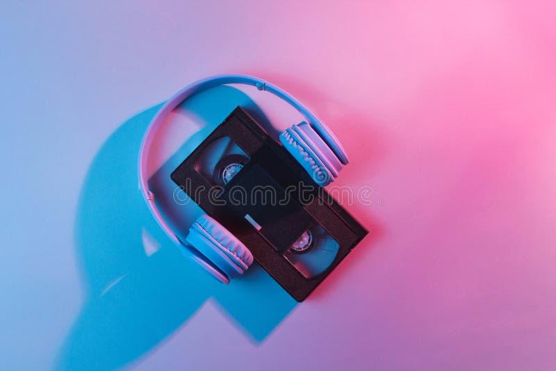 Cassette vidéo avec des écouteurs image stock