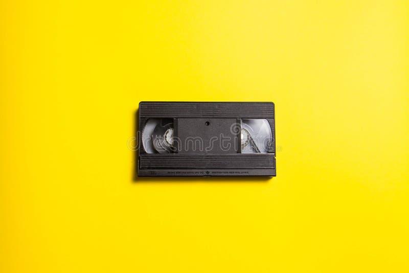 Cassette vidéo classique noire sur un fond jaune photos libres de droits