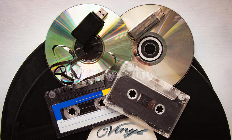 Cassette vinylverslag, analoge audioband en CD schijf stock afbeeldingen