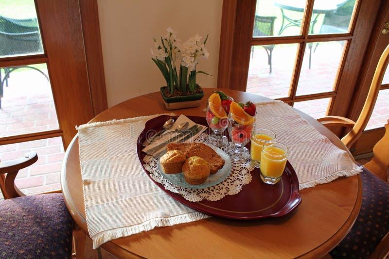 Cassetto della prima colazione della frutta e delle focaccine immagine stock
