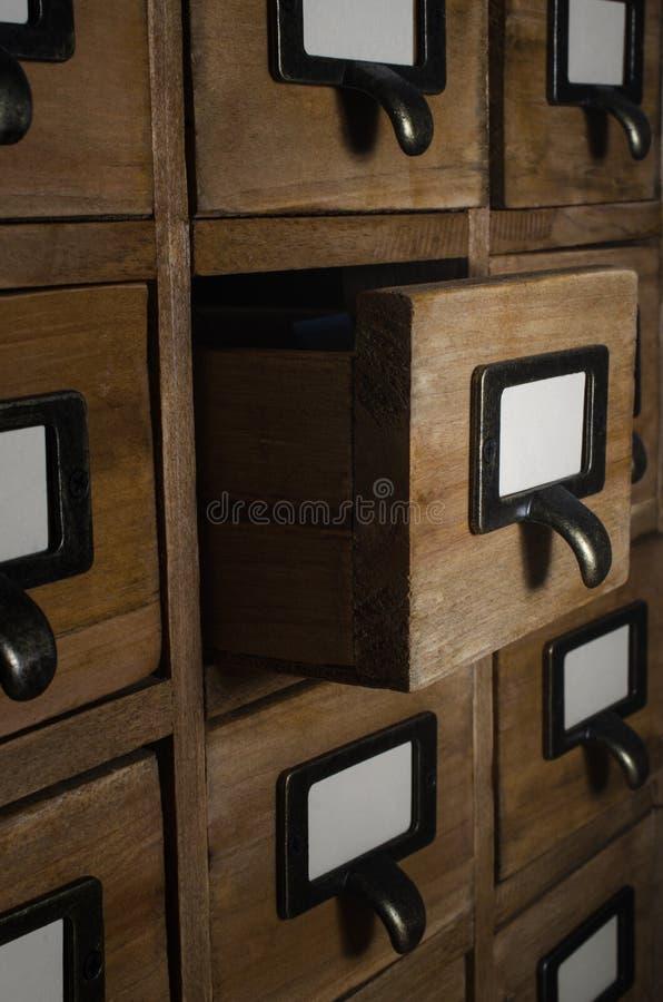 Cassetto di indice di carta aperto nella stanza scura immagine stock