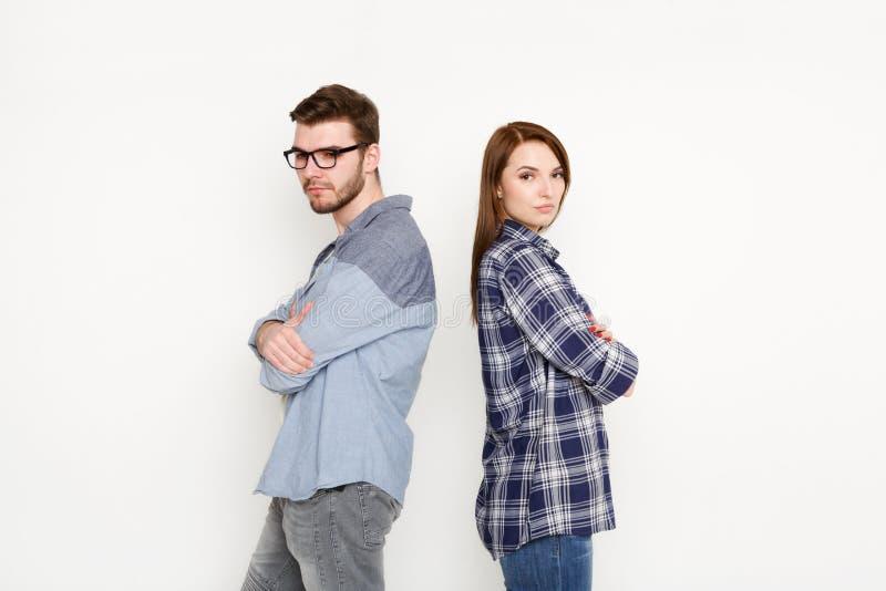 Cassez, les couples bouleversés de nouveau au dos après querelle photographie stock