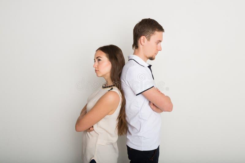 Cassez, les couples bouleversés de nouveau au dos après querelle images stock