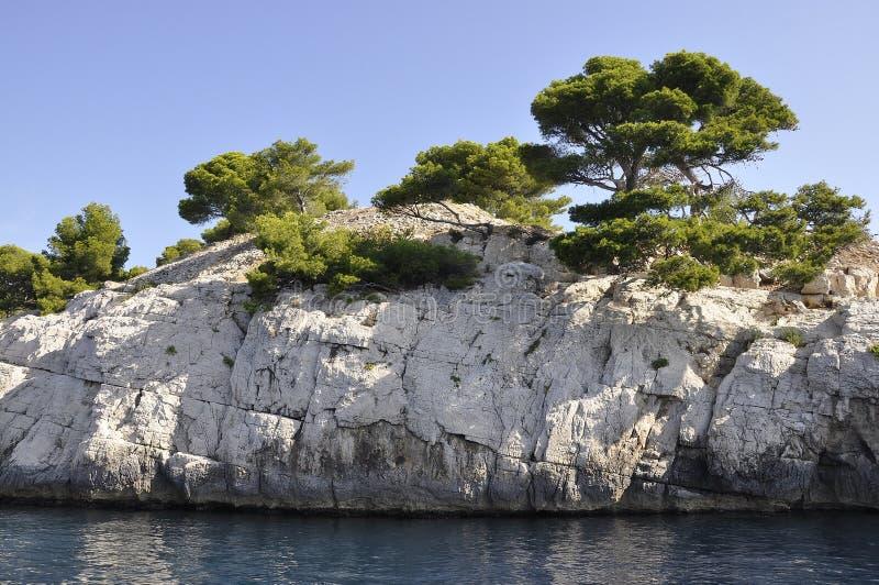 Cassis, 8. September: Calanques National Park Cliff von der Bucht von Cassis an der Côte d'Azur Frankreich lizenzfreie stockfotografie