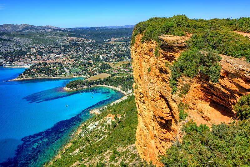 Cassissenstad en de rots van GLB Canaille, de Provence, Frankrijk royalty-vrije stock foto