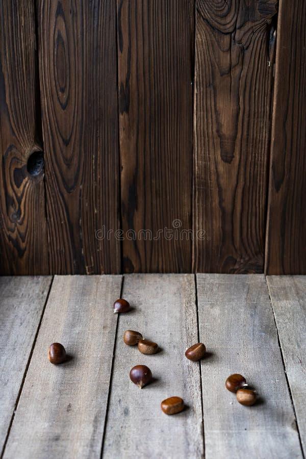 Castañas en el fondo de madera fotografía de archivo