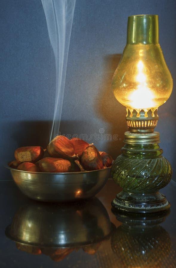 Castañas y lámpara foto de archivo