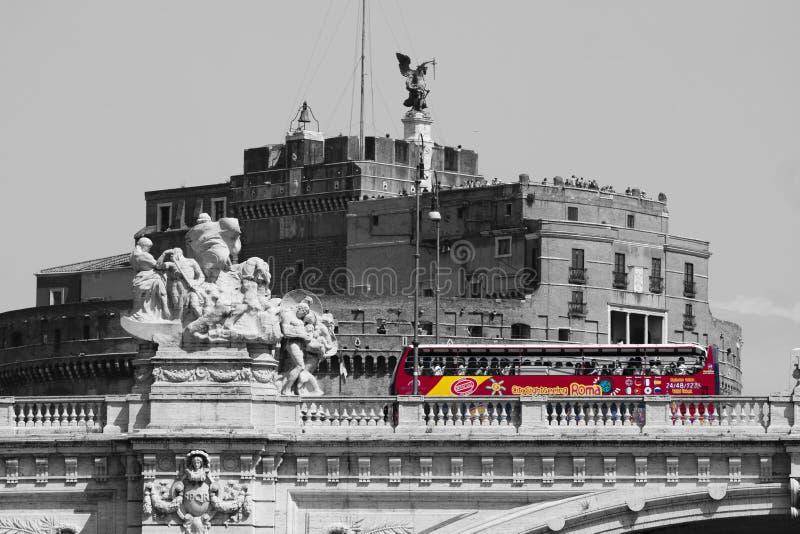 Casta Sant'Angelo y puente Blanco del negro con el autobús rojo Ventanas viejas hermosas en Roma (Italia) fotografía de archivo libre de regalías